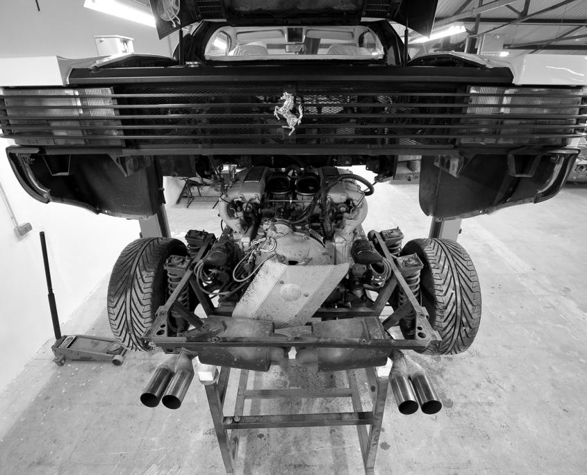 Restauration automobile de prestige : ferrrati-testarossa-preparation-depose-moteur-2