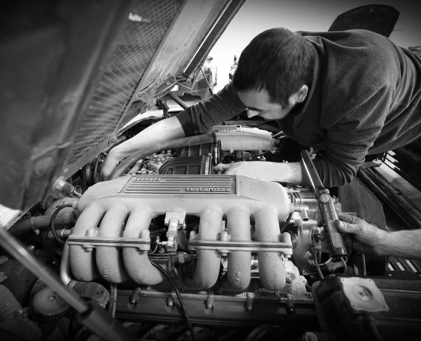 Restauration automobile de prestige : ferrrati-testarossa-preparation-depose-moteur