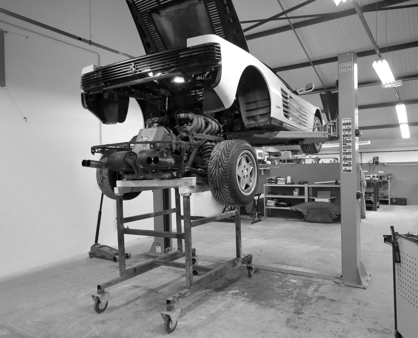 Restauration automobile de prestige : ferrrati-testarossa-preparation-repose-moteur